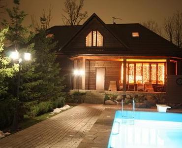 Коттедж ночью с бассейном